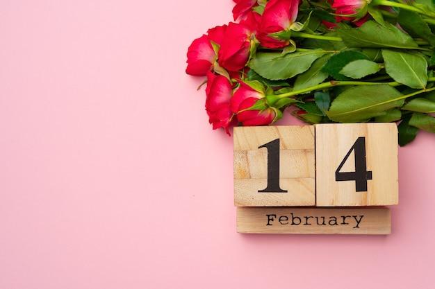 Calendrier en bois 14 février et roses sur fond rose