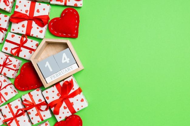 Calendrier en bois avec des cadeaux emballés et des coeurs en textile