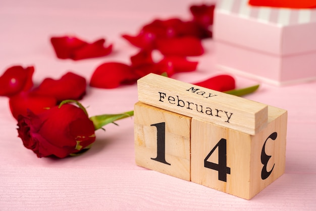 Calendrier en bois avec date du 14 février
