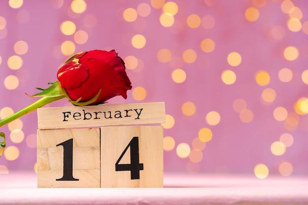 Calendrier en bois du 14 février sur bokeh rose
