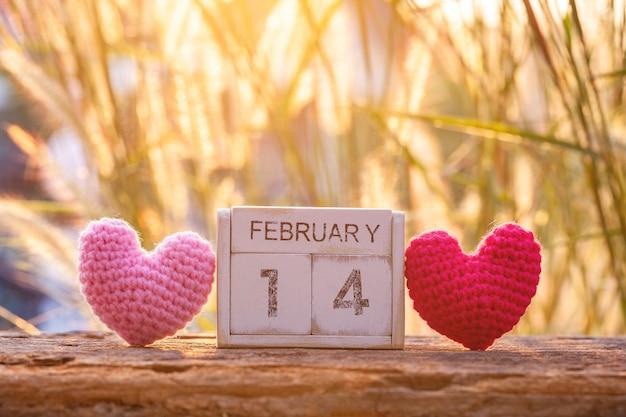 Calendrier en bois du 14 février avec coeur rose