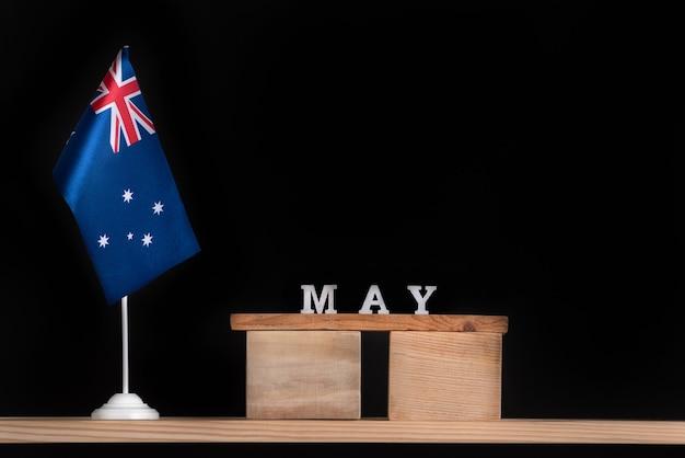 Calendrier en bois de mai avec drapeau australien sur fond noir