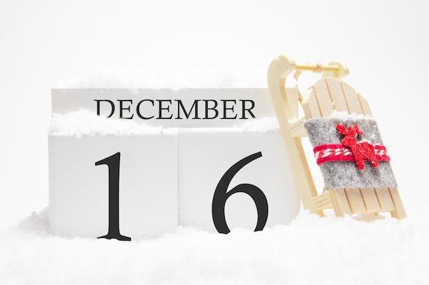 Calendrier en bois pour le 16 décembre, jour du mois d'hiver.