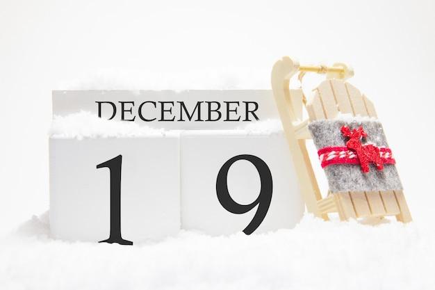 Calendrier en bois pour le 19 décembre, jour du mois d'hiver.