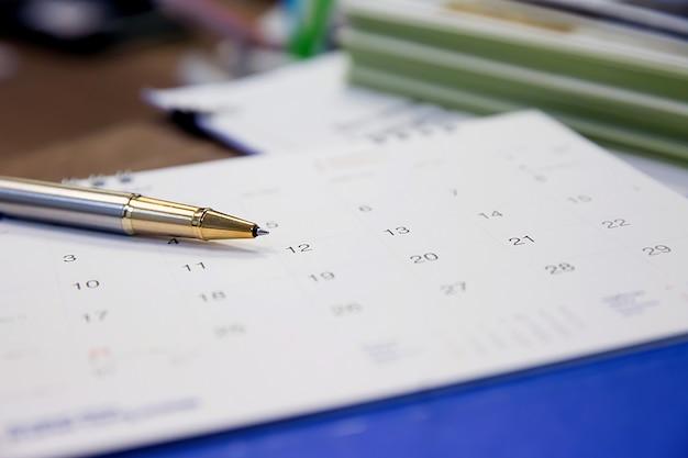 Calendrier sur le bureau pour planifier des idées.
