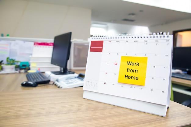 Calendrier sur le bureau avec travail de note papier de la maison.