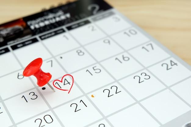 Calendrier avec coeur marqué le jour de la saint-valentin