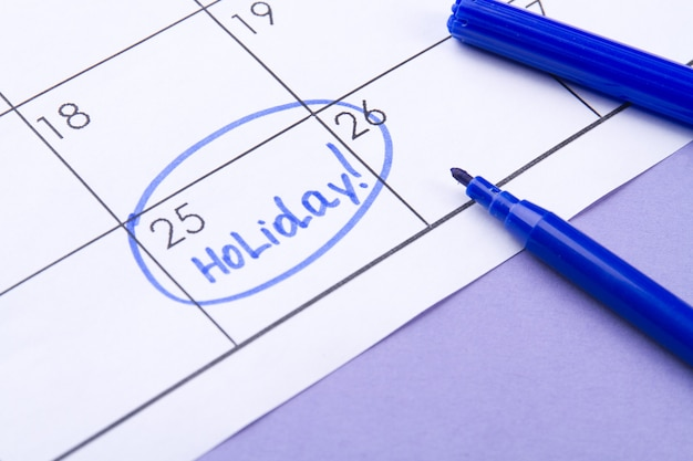 Calendrier et concept de vacances jour du mois marqué comme jour férié par un stylo-feutre bleu