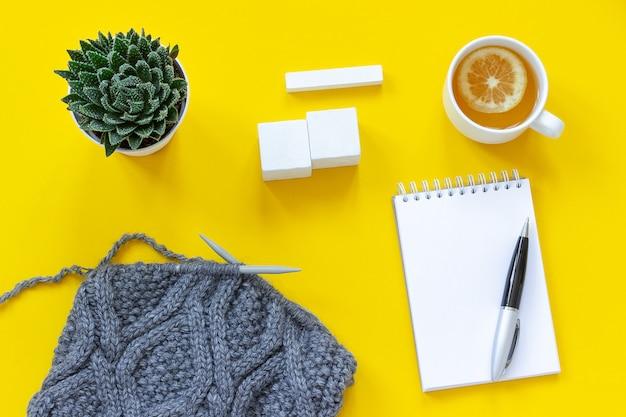 Calendrier de cubes en bois blanc maquette tamplate pour votre date de calendrier tasse de thé