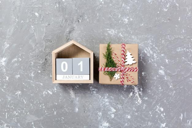 Calendrier avec date du 1er janvier et coffrets cadeaux en béton