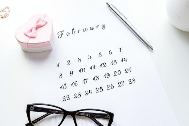 Calendrier du 14 février avec coeur cadeau rose sur la carte de la saint-valentin