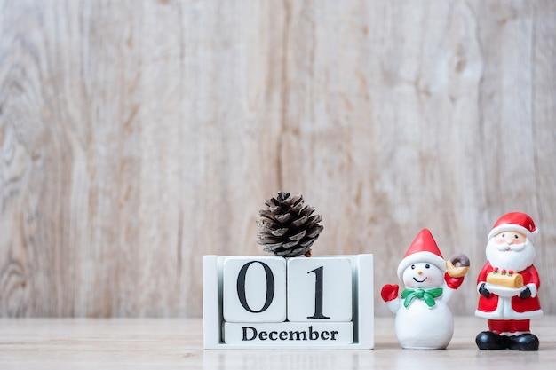 Calendrier du 1er décembre avec décoration de noël, bonhomme de neige, père noël