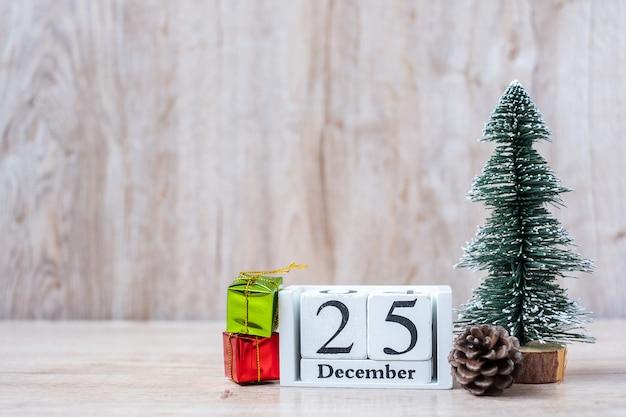 Calendrier du 25 décembre avec décoration de noël, bonhomme de neige, père noël