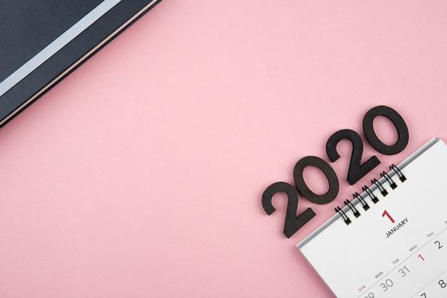 Calendrier du nouvel an 2020 sur fond rose