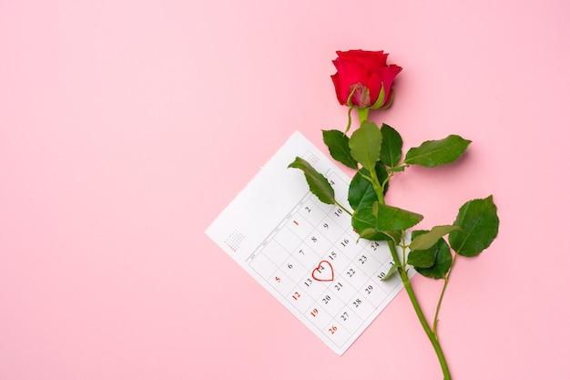 Calendrier de février et vue de dessus de roses rouges