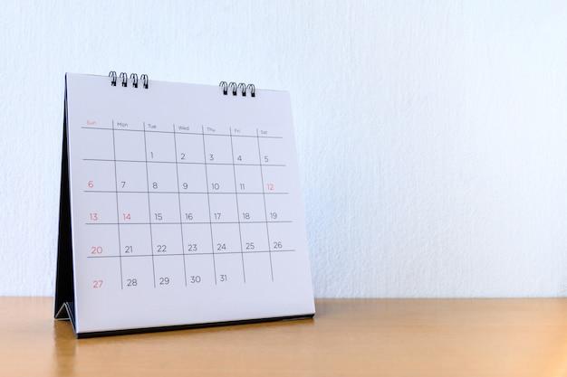 Calendrier générique avec jours sur table en bois