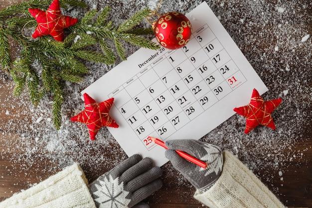 Calendrier ou jour de noël avec texte de note de vacances, concept pour noël et nouvel an