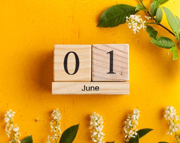 Calendrier juin sur jaune avec des fleurs