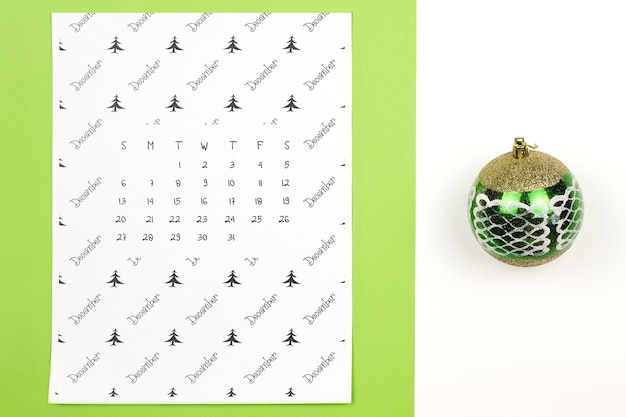 Calendrier mensuel de décembre sur fond coloré clair. calendrier papier de décembre