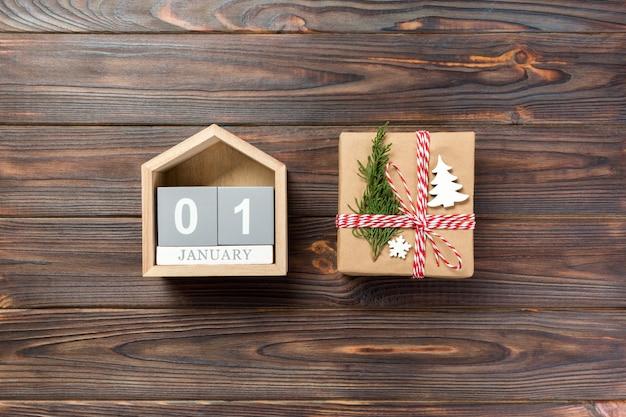 Calendrier de noël 1 janvier, cadeau de noël, branches de sapin sur bois blanc