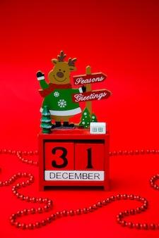 Un calendrier de noël rouge est isolé sur un fond rouge minuit le 31 décembre