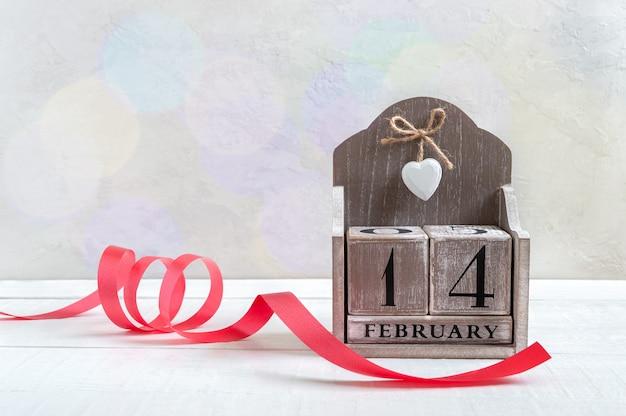 Calendrier perpétuel en bois daté du 14 février. saint-valentin. carte postale. espace libre pour vos meilleurs projets.