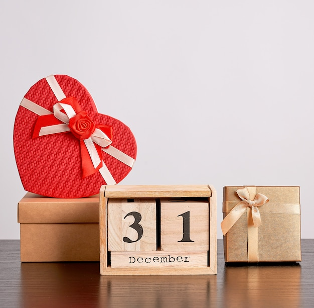Calendrier rétro en bois de blocs, arbre décoratif de noël et boîtes en carton