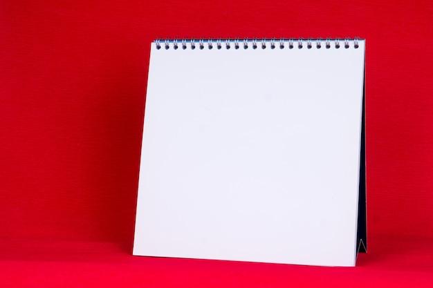 Calendrier en spirale de papier blanc vierge