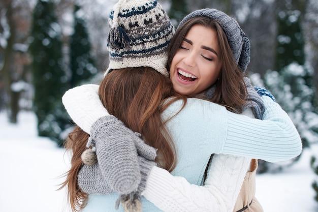 Câlins d'hiver des meilleurs amis