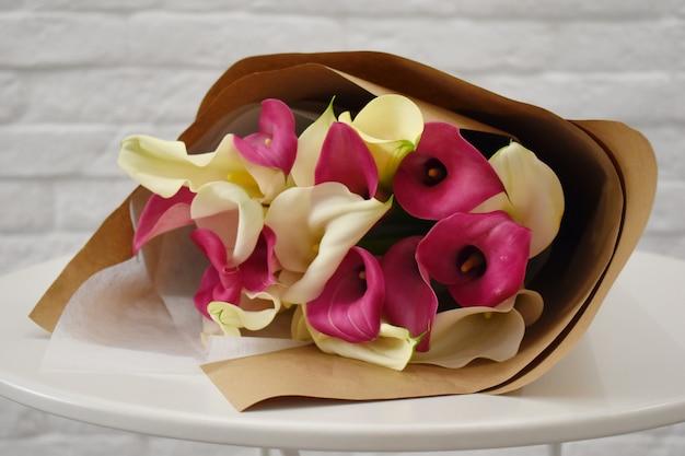 Callas en papier d'emballage. concept de salon de fleurs