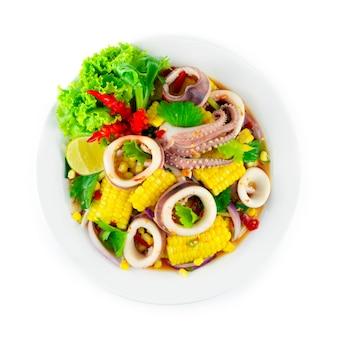 Calmars épicés avec salade de maïs cuisine thaïlandaise décoration de plat de piment épicé légumes sculptés topview
