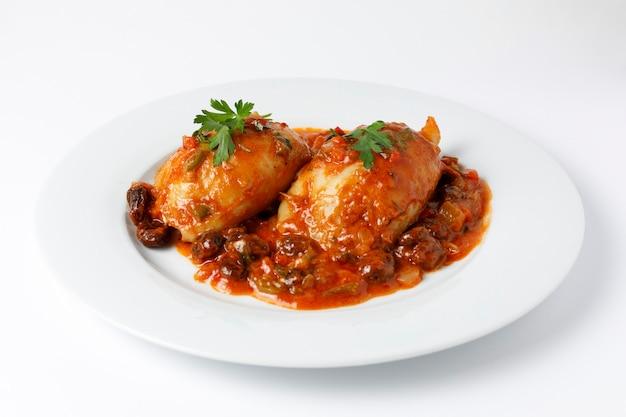 Calmars farcis à la sauce tomate et légumes