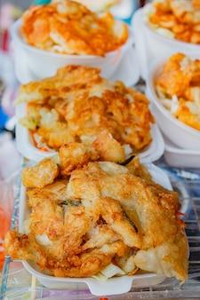 Calmars frits au marché de la nourriture de rue.