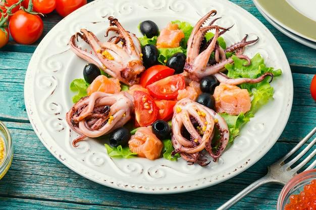Calmars à la salade au vert et aux fruits de mer
