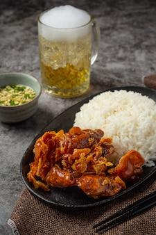 Calmars séchés au four avec sauce aigre-douce concept de fruits de mer asiatiques.