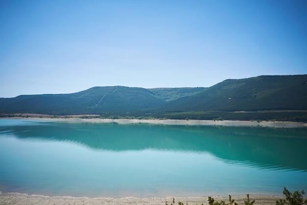 Calme baie bleue et collines