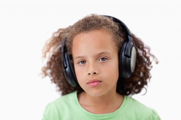 Calme fille écoutant de la musique