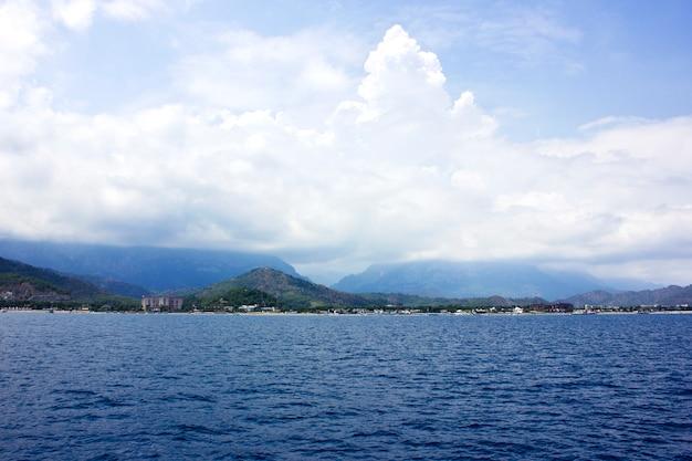 Calme de la mer méditerranée et des montagnes avec des arbres verts à antalya