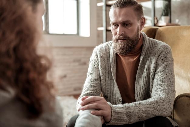Calmer. père barbu aimant et attentionné calmant sa fille stressée après une conversation sincère