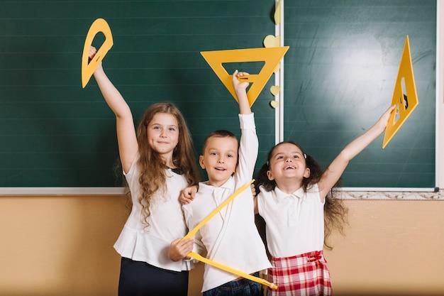 Les camarades de classe avec un équipement de géométrie