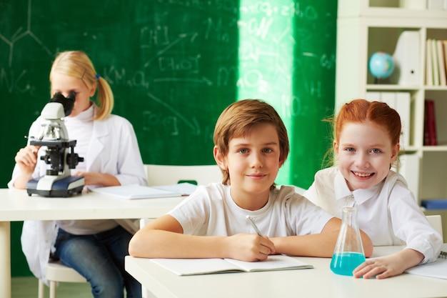 Camarades de classe avec le professeur gai recherche de fond