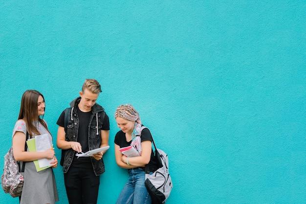 Les camarades d'école au mur turquoise