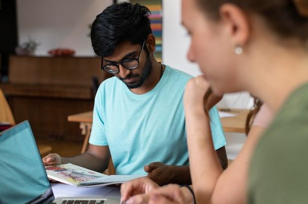 Des camarades d'université étudient ensemble