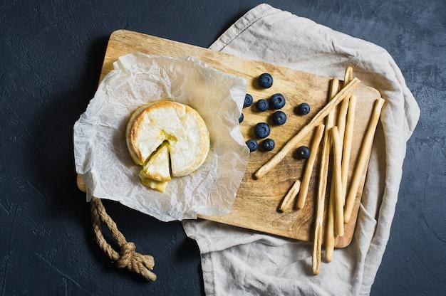 Camembert au four avec myrtilles et craquelins.