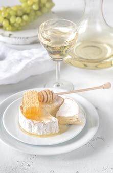 Camembert au miel, raisins et vin blanc