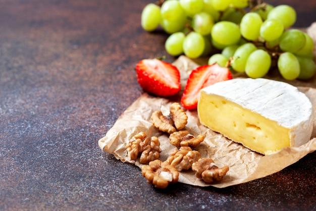 Camembert aux raisins et aux noix