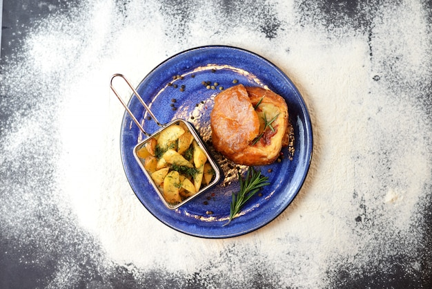Camembert cuit au four avec sauce aux baies et pommes de terre frites
