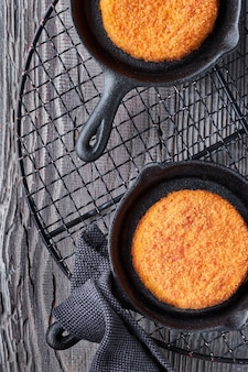 Camembert cuit dans de petites poêles en fonte