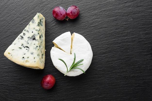 Camembert de fromage bleu à plat et raisins avec espace de copie