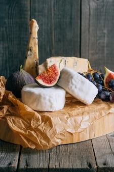 Camembert et fromage bleu stilton avec figues et raisins.